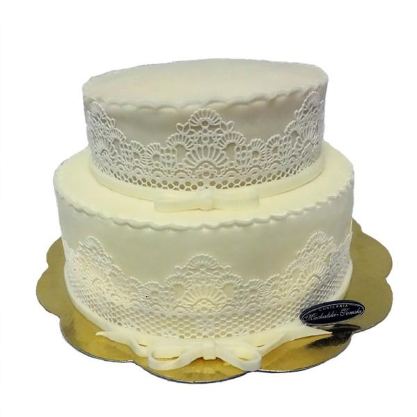 tort w białych koronkach